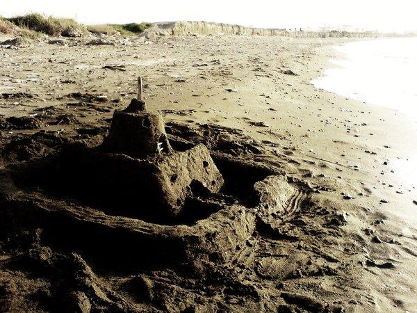 Bazı Kumdan Kaleler, Denize Karışıp Gitmeyi Çoktan Haketmedi mi?